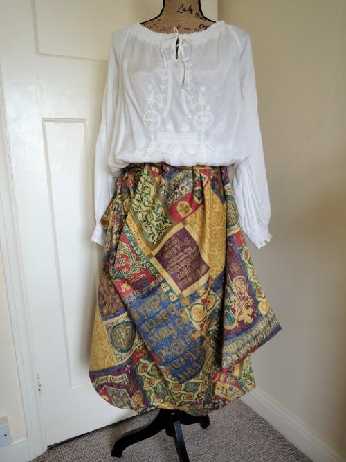 コクーンスカートのようなアシメトリーのスカート